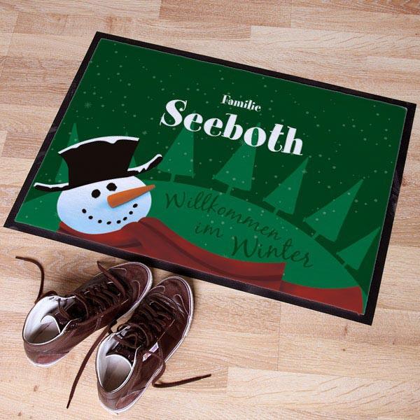 grüner Fußabtreter zur Winterzeit