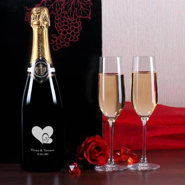 Champagnerflasche mit zwei edlen Sektgläsern zur Silberhochzeit