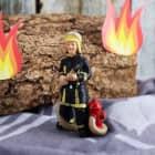 Kleine Feuerwehrmann-Figur mit Hydrant