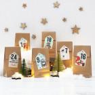 Adventskalender aus 24 Papiertüten und 24 Aufklebern mit Weihnachtsmotiven und Ihrem Wunschnamen
