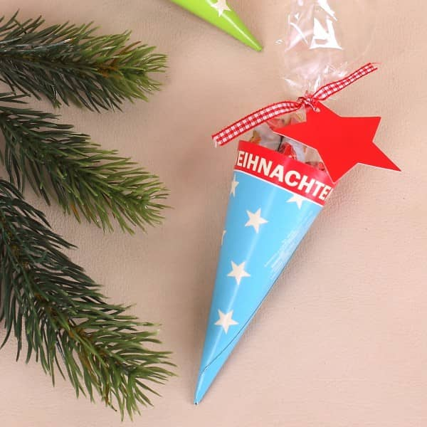 Süße Zuckertüte in blau zu Weihnachten in Mini