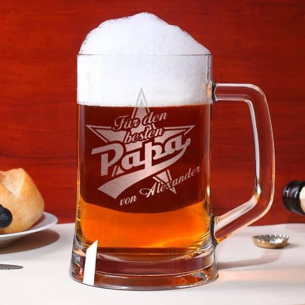 Großer Bierseidel wird mit Stern, bester Papa und Ihrem Wunschnamen graviert.