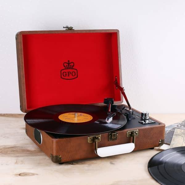 Schallplattenspieler in braunem Koffer