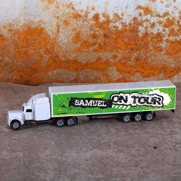 Mini-Truck mit grünem Anhänger