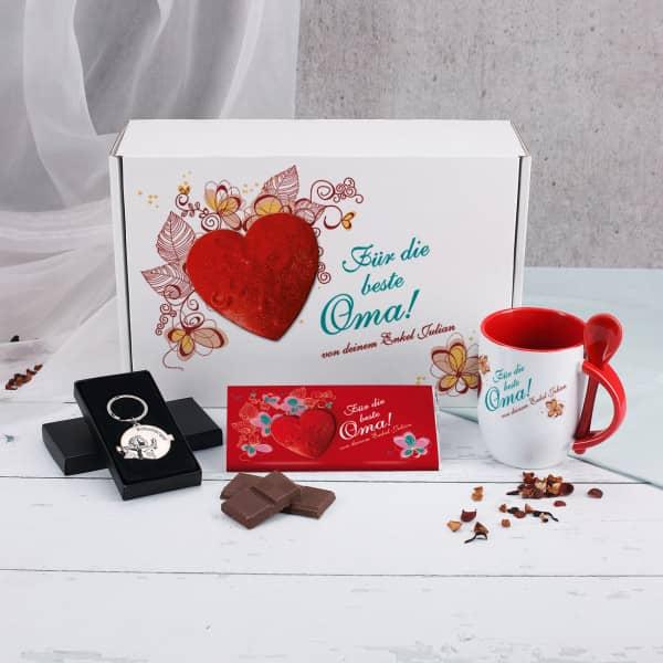 Geschenkbox mit Schokolade, Tasse, Anhänger für Oma