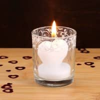 Niedliche Kerze in Herzform mit Glas in weiß