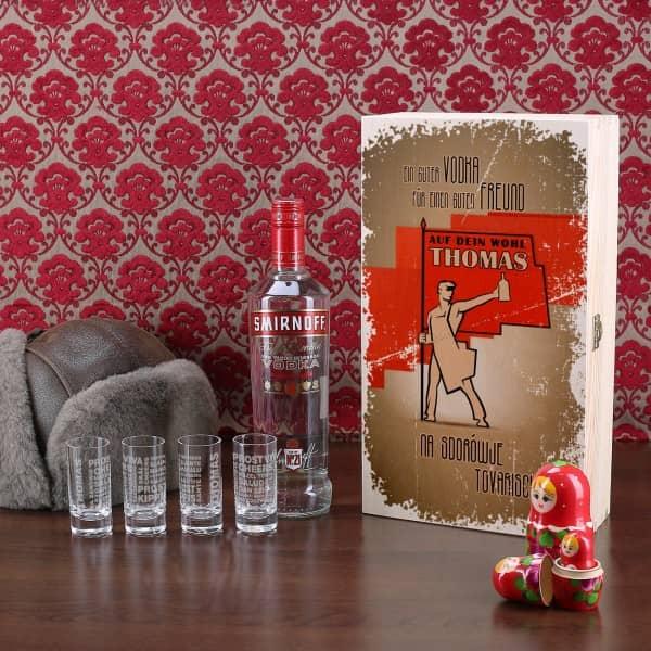 Geschenk-Set mit Smirnoff Vodkaflasche 4 gravierte Vodkagläser in bedruckter Holzkiste