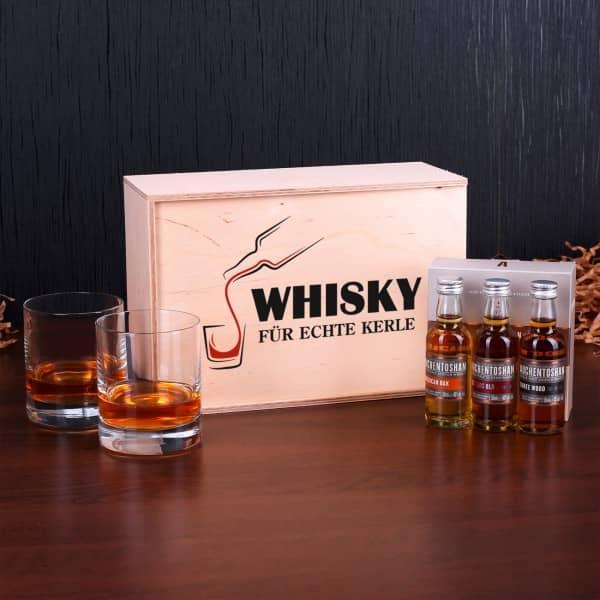 Whisky und Gläser mit bedruckter Holzkiste