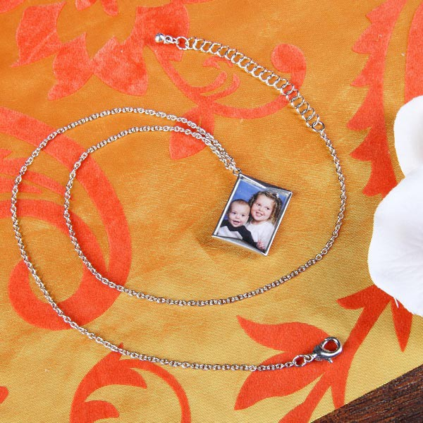 Silberne Kette mit Briefanhänger für ein Foto