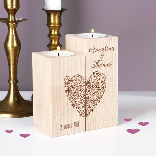 Teelichthalter aus Holz mit graviertem Herz, Namen und Datum - 2er Set
