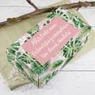 Geschenkbox mit Palmenblättern und Wunschtext