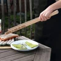 Gravierte Zange aus Holz für den Chef am Grill