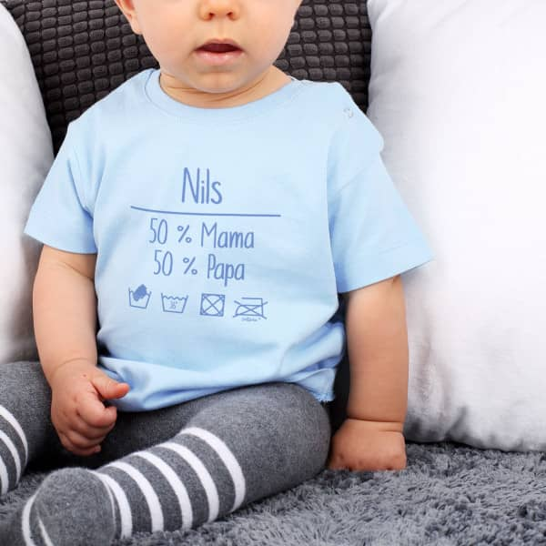Hellblaues Babyshirt mit Waschanleitung