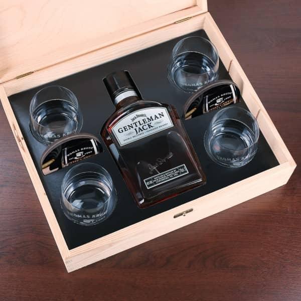 Geschenk-Set Whisky Gentleman Jack mit 4 gravierten Whiskygläsern und 4 bedruckten Untersetzern