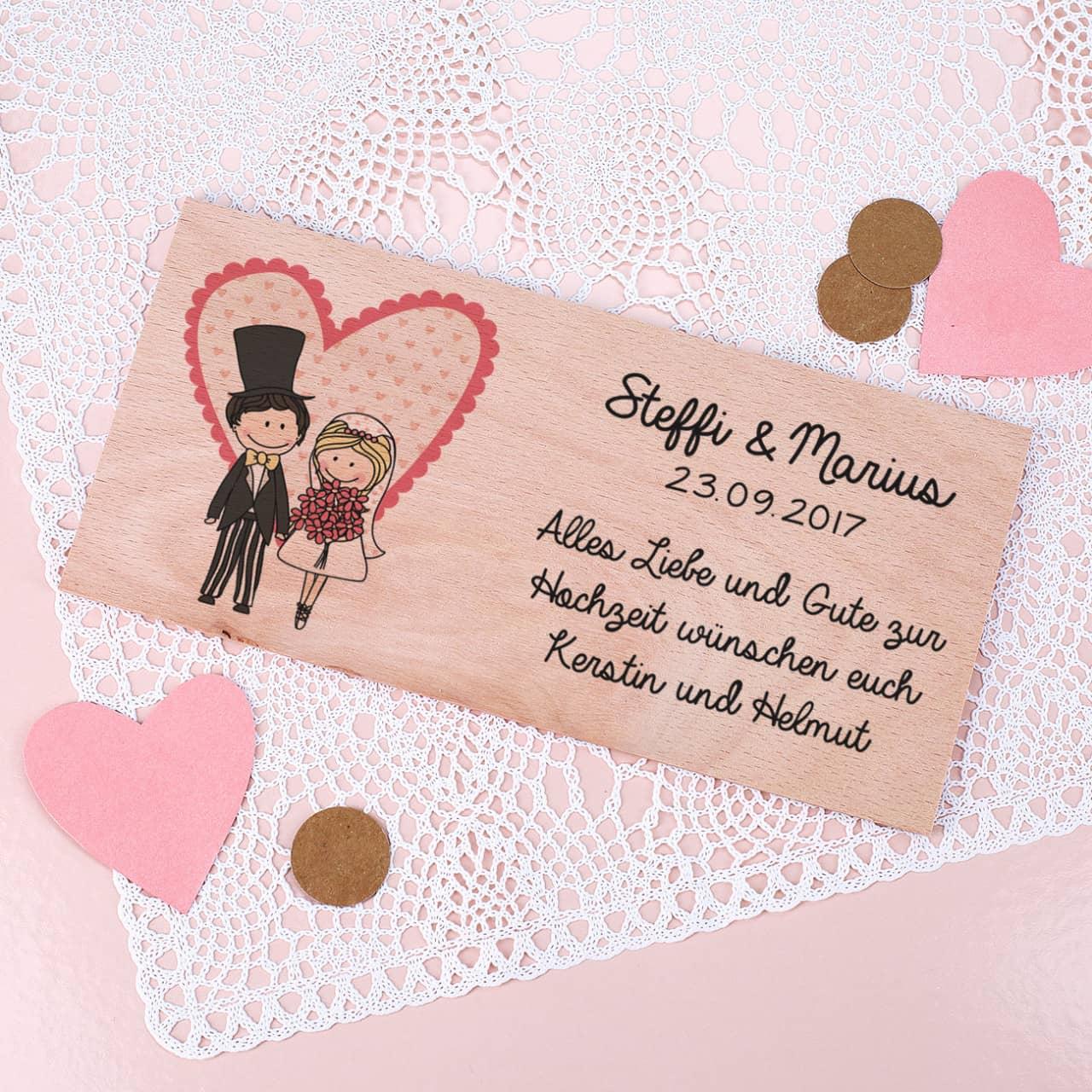 Holzkarte zur Hochzeit mit charmantem Hochzeitspaar bedruckt