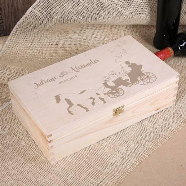 Hochzeitsbox aus Holz mit gravierten Namen Datum der Hochzeit und Hochzeitskutsche