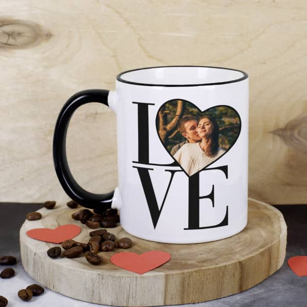Fototasse mit schwarzem Henkel und Rand mit Schriftzug LOVE