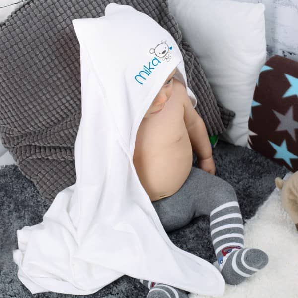 Babydecke mit Kapuze und Ihrem Wunschnamen bedruckt