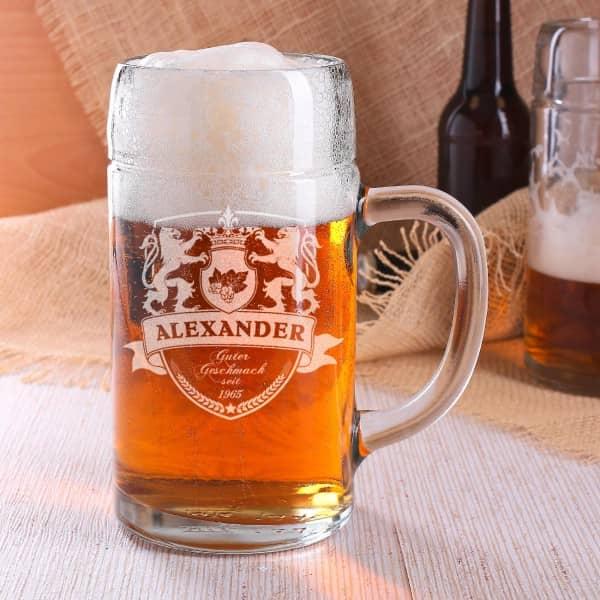 Maßkrug aus Glas mit Gravur Wappen, Löwen, Ihrem Wunschnamen und Jahr