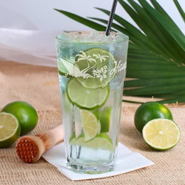 tropisches Longdrinkglas graviert mit Wunschname, Palmen und Blüten