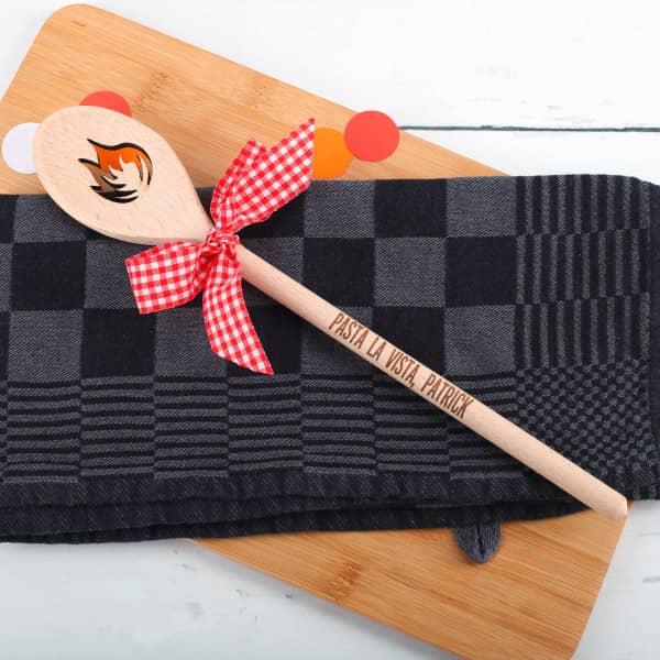 Holzkochlöffel mit Flamme und Gravur
