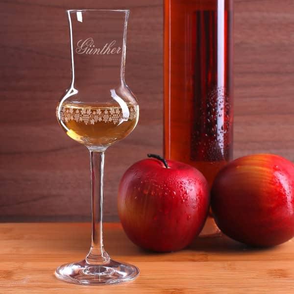 Wunschname und Banderole aus Weinreben werden auf das Grappaglas graviert.