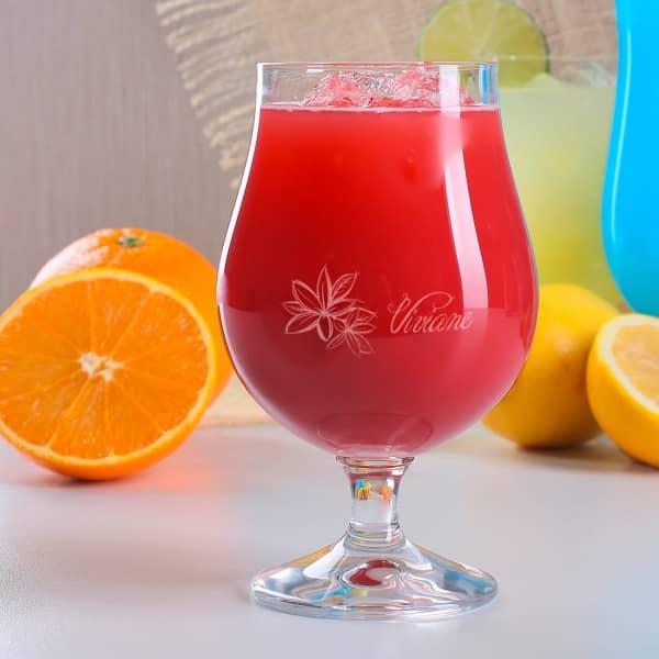 Cocktailglas mit Name und tropischen Blüten