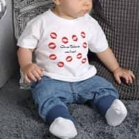 T-Shirt für Babys mit Kussmundabdrücken und Wunschtext
