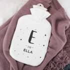 Weiße Wärmflasche mit Name und Initiale bedruckt