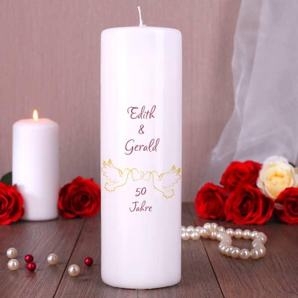 Große weiße Kerze zur Goldenen Hochzeit mit Tauben und Wunschnamen bedruckt