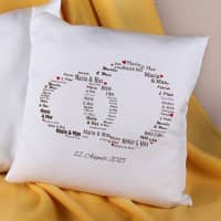Kissen mit den Namen des Paares in Ringform