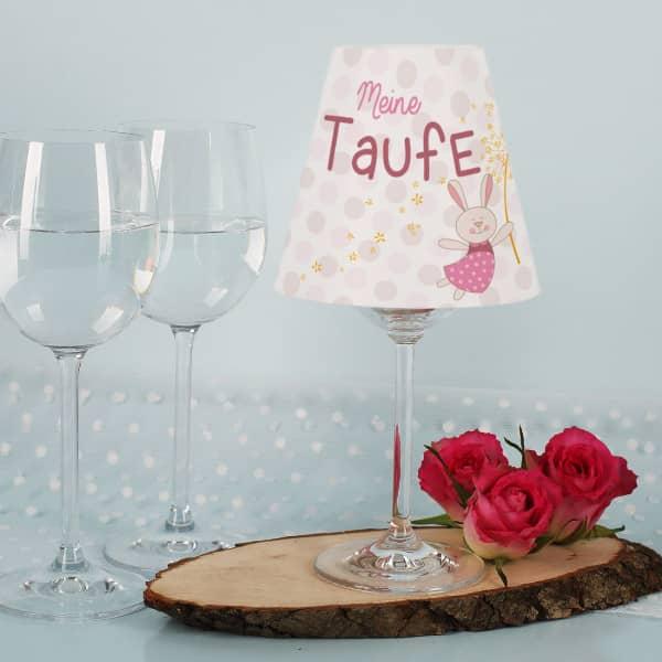 Weinglas Lampenschirm Meine Taufe mit rosa Häschen, Name und Datum