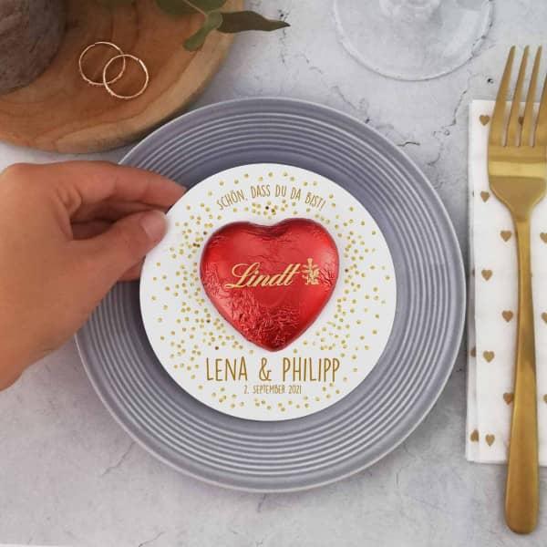 Karte mit Lindt-Schokoladenherz als Gastgeschenk