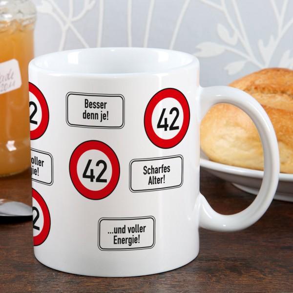 große Kaffeetasse zum 42. Geburtstag mit Verkehrszeichen 42
