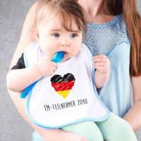 Lätzchen für Jungen mit Deutschlandflaggen Herz und Wunschtext
