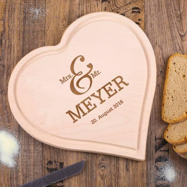Hochzeitsgeschenk graviertes Herzbrettchen Mr Mrs mit Name und Datum