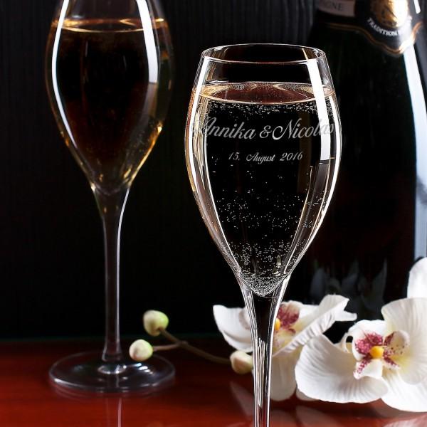 Mit Wunschnamen und Datum gravierte Champagnergläser