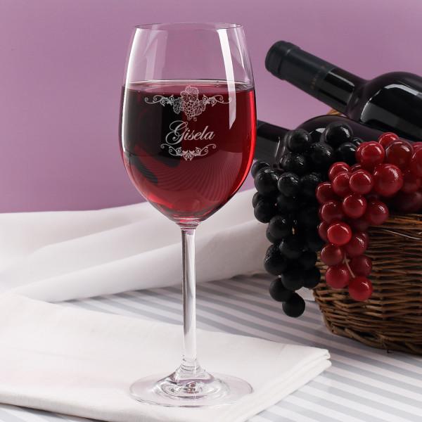 Weinglas mit Ornamenten und Namen graviert