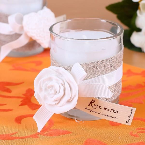 Duftkerze im Glas mit Schleifenband und Rosendeko zur Hochzeit