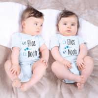 Zwei blaue Babybodys für Zwillinge mit Namensaufdruck