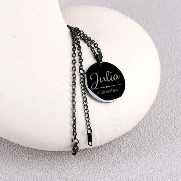 Schwarze Halskette mit großem runden Anhänger