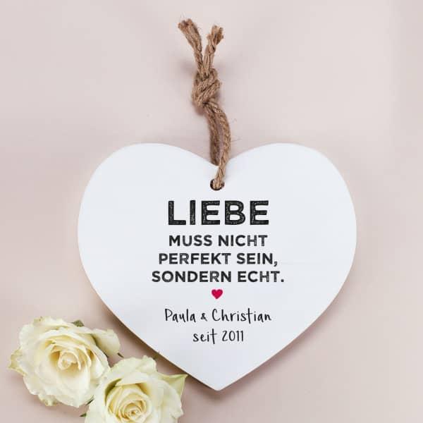Holzherz mit Aufdruck Liebe muss nicht perfekt sein, sondern echt, mit zwei Zeilen Wunschtext