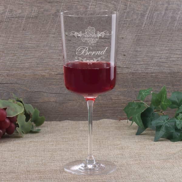 Modernes Weinglas mit wunderschöner Gravur