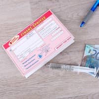 Finanzspritze mit Glückwunschkarte