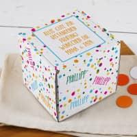 Kleiner Geschenkkarton mit Konfetti, Name und Wunschtext
