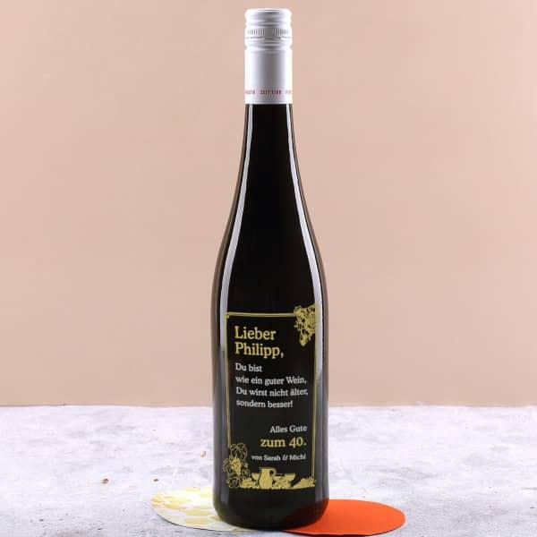 Gravierte Weinflasche mit Trauben Motiv zum Geburtstag in gold und silber