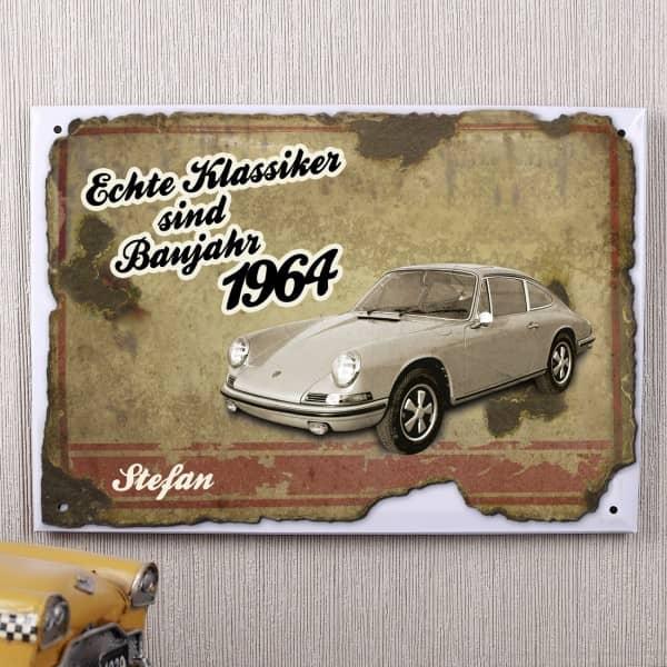 Dieses rostige Blechschild wird mit einem echten Klassiker bedruckt und ist ein ideales Geschenk für einen Autoklassiker-Fan zum Geburtstag. Zusätzlich wird das Schild mit dem Spruch Echte Klassiker sind Baujahr 1964 und dem Vornamen des Beschenkten bedru