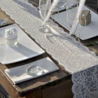 Weißer Deko-Tischläufer in Spitzenoptik