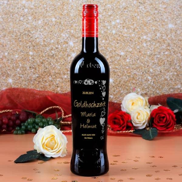Weinflasche mit persönlicher Gravur und Herzen zur Goldhochzeit
