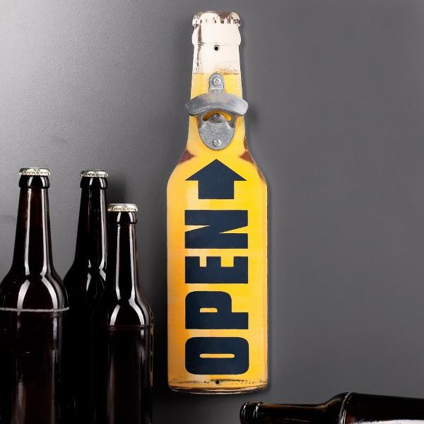 Flaschenöffner auf Holzbrett Bottle